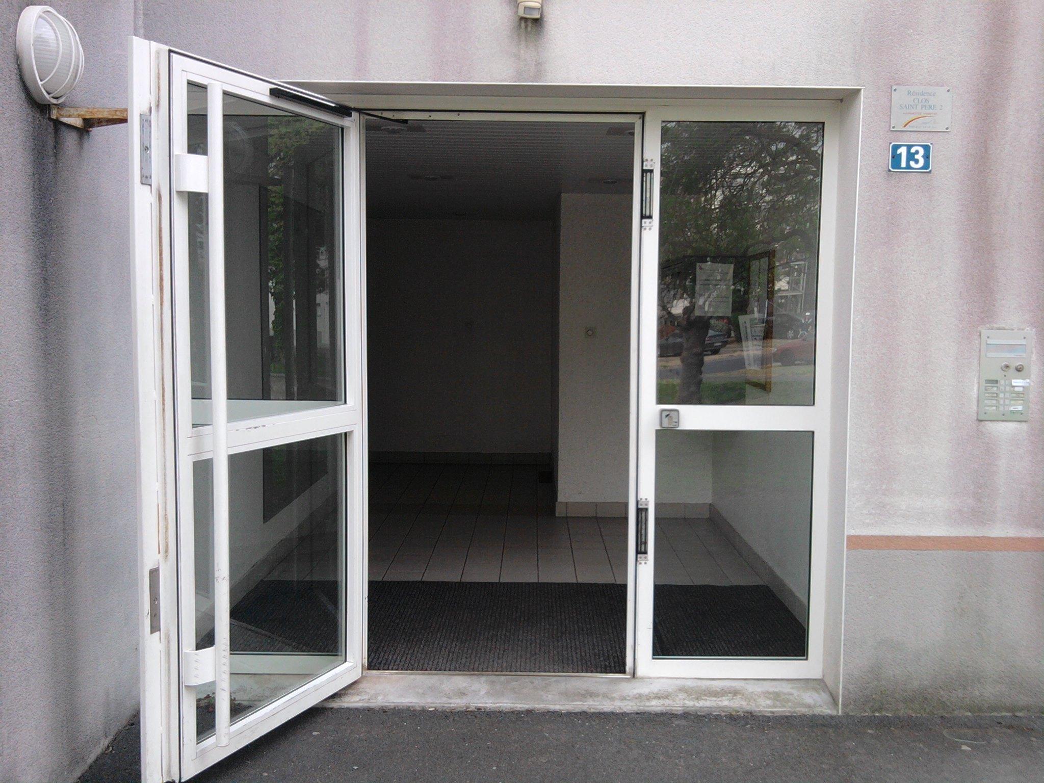 S r habitat vous tes un professionnel porte de hall motoris e for Porte handicape